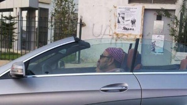 صورة..الملك يتوقف بممر الراجلين لمرور مواطنين