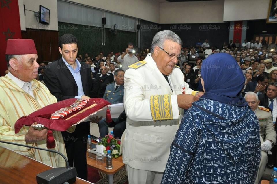 بالصور..البجيوي والي جهة مراكش اسفي يوشح بعض موظفي الادارات العمومية باوسمة ملكية