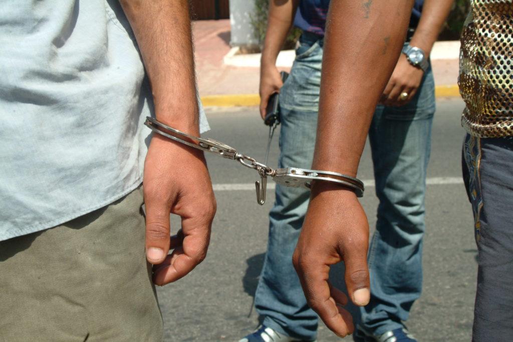 اعتقال ثلاثة أشخاص يشتبه تورطهم في بث وتوزيع أخبار زائفة عن كورونا