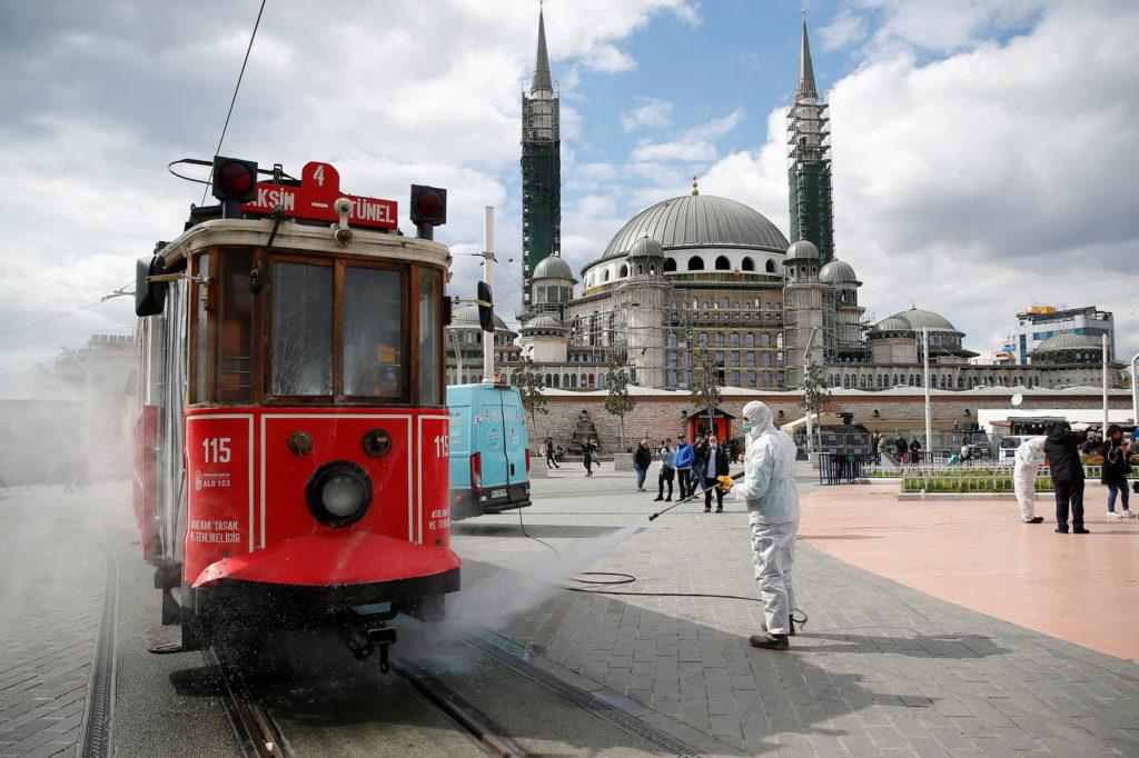 تركيا تفرض حظر تجول على الأشخاص تحت 20 عاما وتغلق 31 مدينة لاحتواء تفشي كورونا