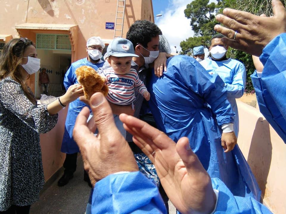 """بالدموع.. اسرة فرنسية تعانق اطباء مستشفى ابن زهر """"المامونية"""" بمراكش بعد علاجهم من فيروس كورونا +فيديو مؤثر"""