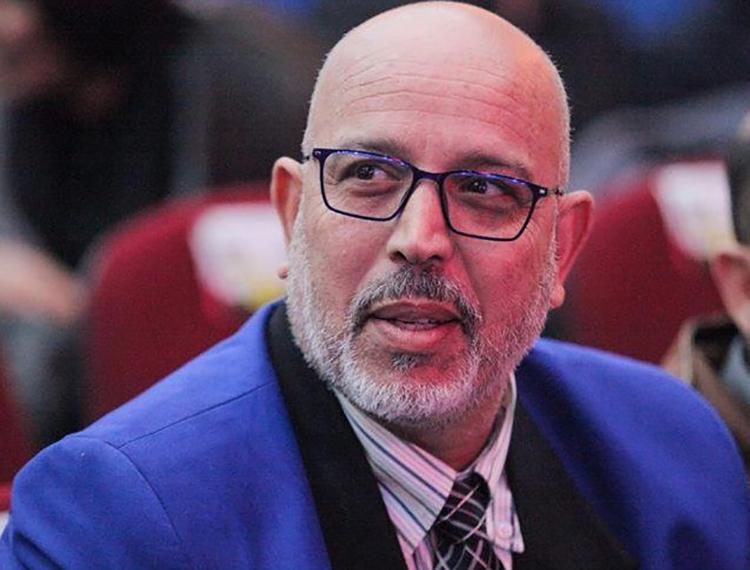 المخرج المسرحي عزيز أوشنوك يدق ناقوس الخطر بعد إصابة زوجته وابنته بكورونا إثر مخالطتهما عائلة مصابة من آيت أورير