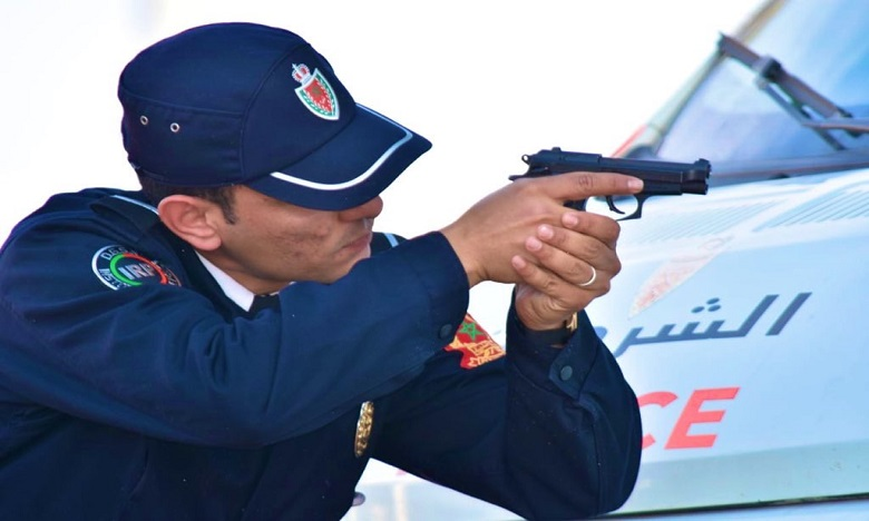 """طنجة.. شرطي يطلق الرصاص لتوقيف """"سيارة جانحين"""" هددا مواطنين بسيف"""