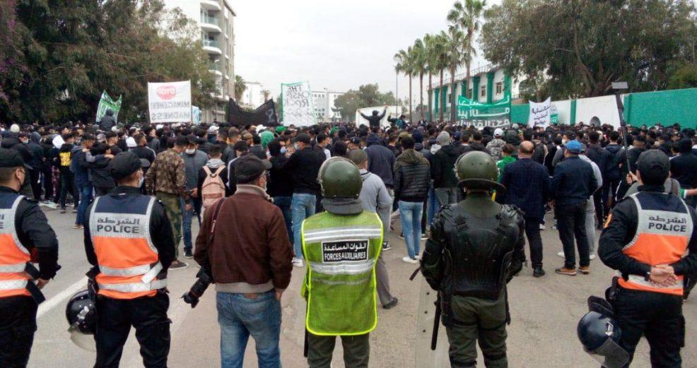 وقفة احتجاجية لجماهير الرجاء أمام ملعب الوازيس